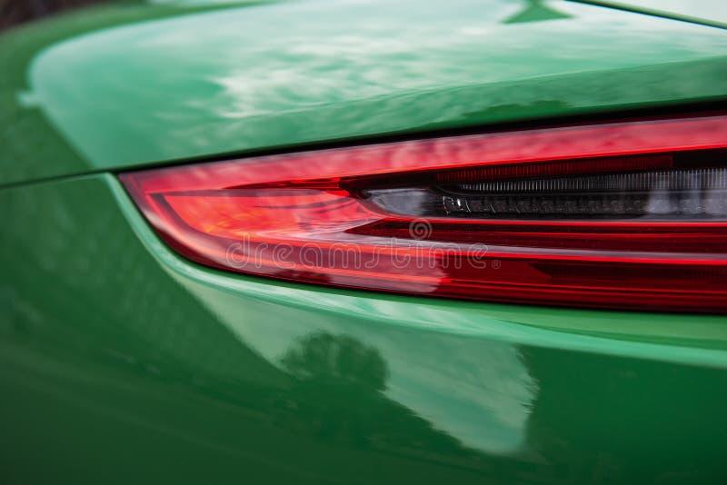 Zurück von einem grünen Sportluxusauto Hintergrundbeleuchtungsnahaufnahme lizenzfreie stockbilder