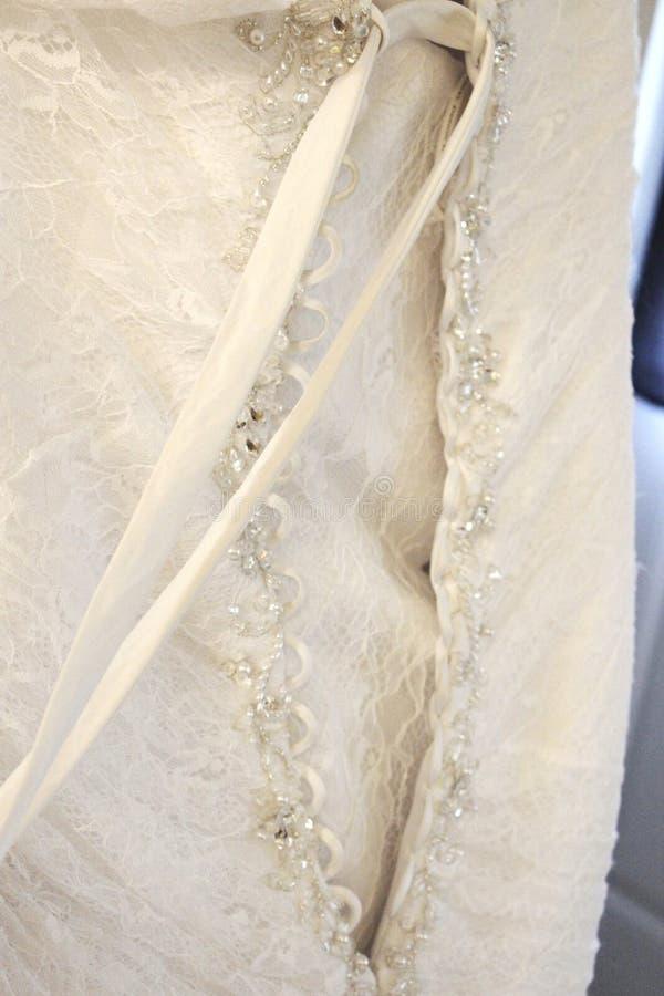 Zurück von einem Heiratskleid mit Schnur und Schein stockfoto