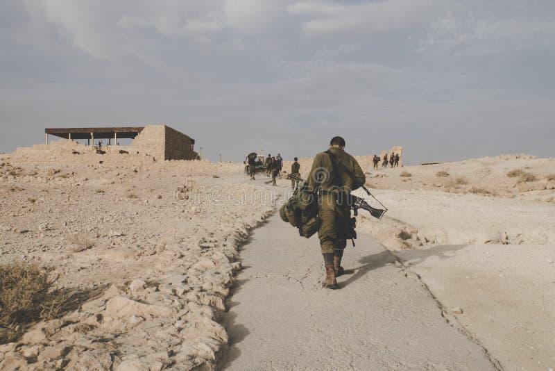 Zurück von einem Soldaten der israelischen Armee mit Ausstattungen an den Militärübungen in den Ruinen der Festung Massada, Israe lizenzfreies stockbild