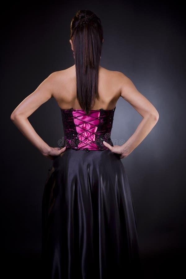 Zurück von einer Frau im Cocktailkleid lizenzfreie stockbilder