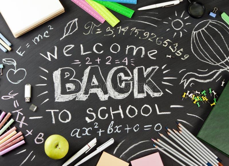 ` Zurück zu dem Schule-` handgeschrieben mit Schulbedarf auf einem schwarzen Hintergrund lizenzfreies stockfoto