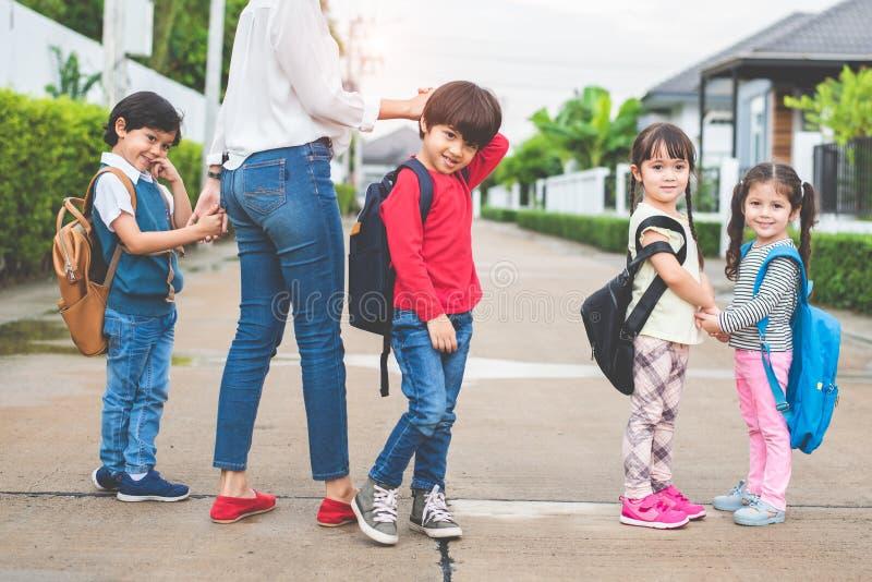Zurück zu gehender Schule der Schülermutter-Gruppe zusammen pare lizenzfreies stockfoto