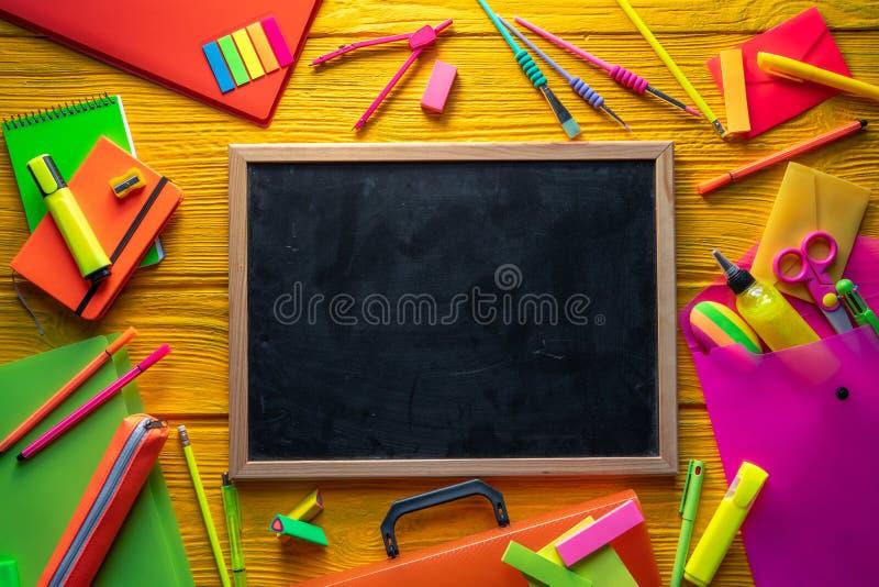 Zurück zu klarer Anordnung des Schulbedarfs lizenzfreies stockbild