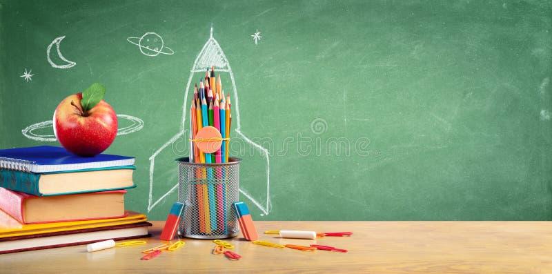 Zurück zu Schulbüchern und Bleistiften stockfotos