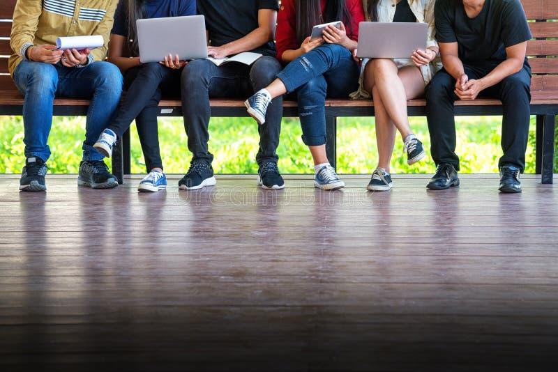 Zurück zu Schulbildungswissenscollege-Hochschulkonzept junge Leute, die Gebrauchtgeräte- sind und Tablette, Bildung und technolo lizenzfreie stockbilder