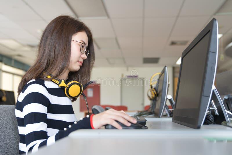 Zurück zu Schulbildungswissenscollege-Hochschulkonzept junge Leute, die Gebrauchtgeräte- sind und Tablette, Bildung und technolo stockbild