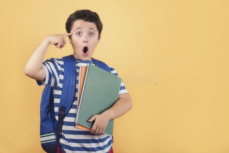 Zurück zu Schule, überraschtem Kind mit Rucksack und Notizbuch stockfoto