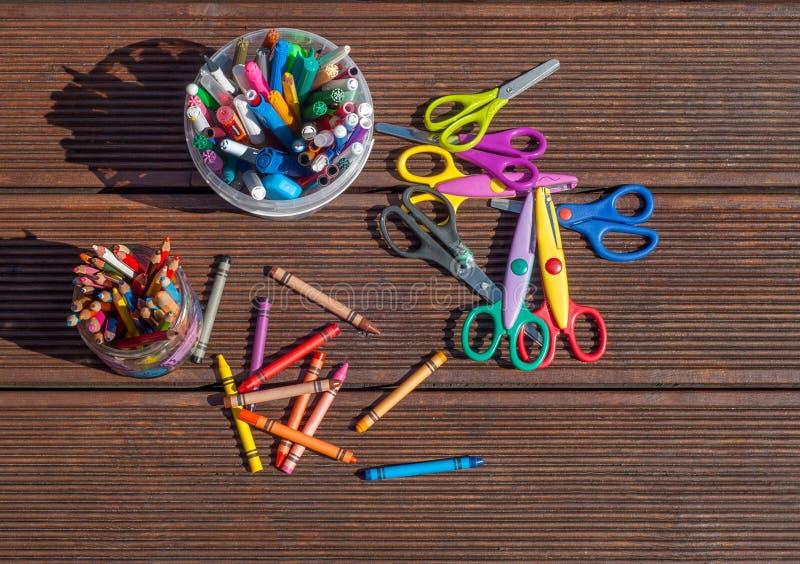 Zurück zu Schule-Konzept Bleistifte, Markierungen, Scheren auf hölzernem Hintergrund stockbild