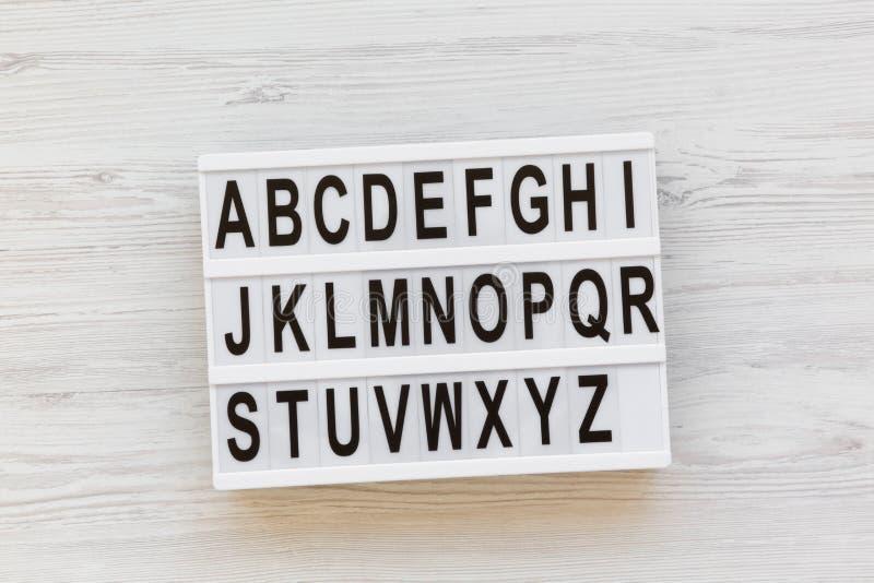 Zurück zu Schule-Konzept Buchstaben von A zu Z Englisches Alphabet auf modernem Brett über weißem hölzernem Hintergrund, Draufsic lizenzfreies stockfoto