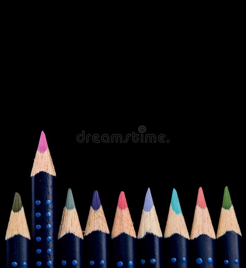 Zurück zu Schule Konzept der Führung, der Einzigartigkeit und heraus stehen, mit farbigen Bleistiften lizenzfreie stockbilder