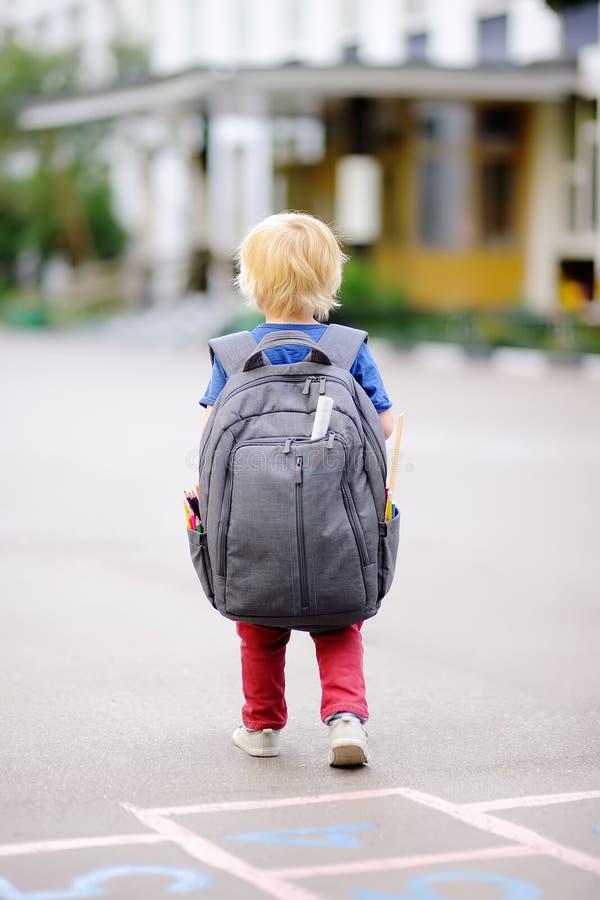 Zurück zu Schule-Konzept Junger Student mit seinem Rucksack lizenzfreies stockbild