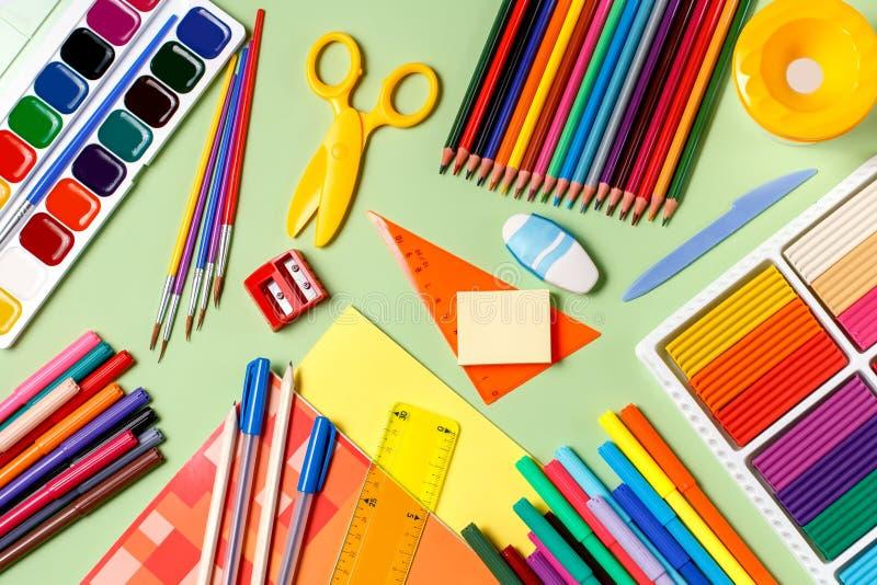 Zurück zu Schule-Konzept Schulbedarf auf einem Pastellhintergrund lizenzfreie stockfotografie