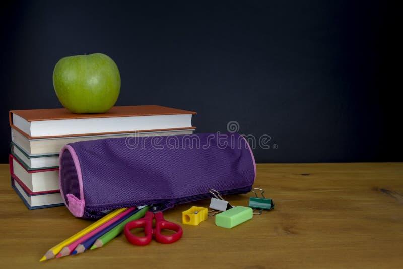 Zurück zu Schule-Konzept Stapel Bücher und Bleistifte über hölzernem d stockfotos
