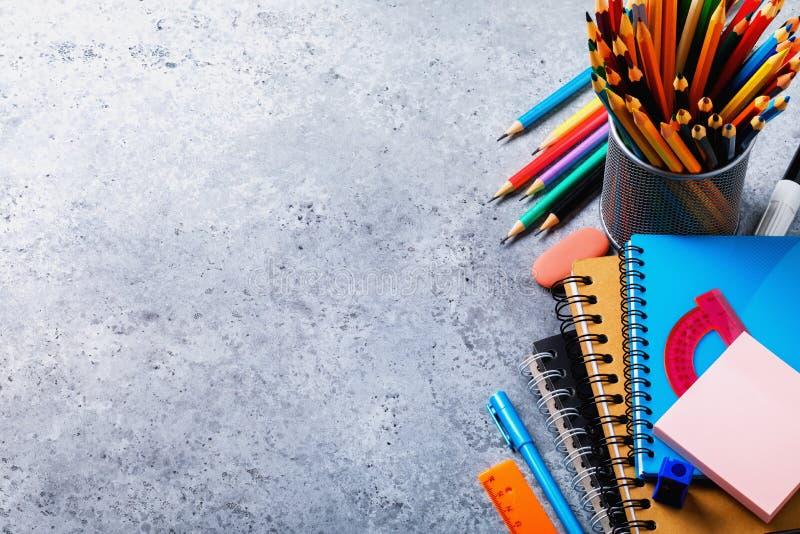 Zurück zu Schule: verschiedene Zusätze auf dem Tisch mit Kopienraum lizenzfreies stockfoto