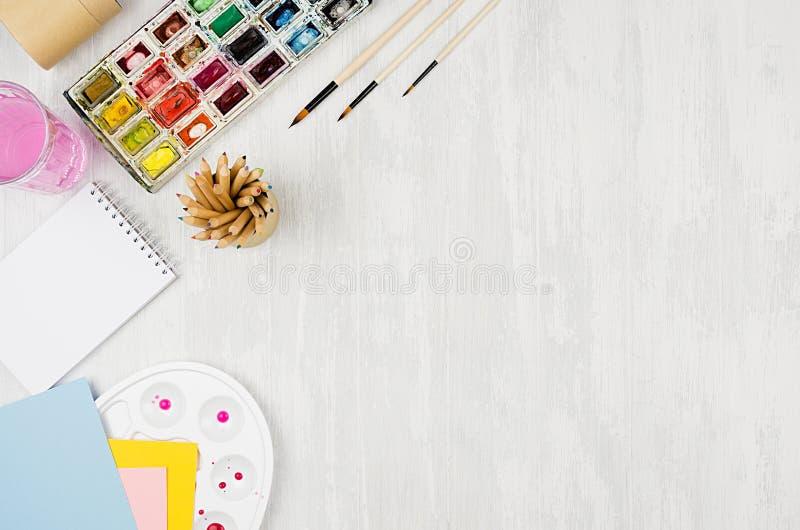 Zurück zu Schulhintergrund - Briefpapier für Kreativität - Aquarellfarben, Palette, Bürsten, färbten Bleistifte auf weißer hölzer stockfoto