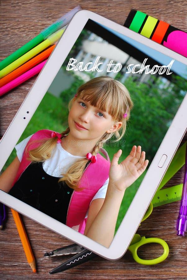 Zurück zu Schulhintergrund mit dem Tabletten-PC, der Foto von sch anzeigt stockfotografie