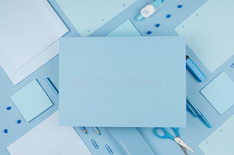 Zurück zu Schulhintergrund - rosa Junge ` s unterschiedliches Briefpapier eingestellt und leeres Papier für Text auf weichem Hint stockfoto