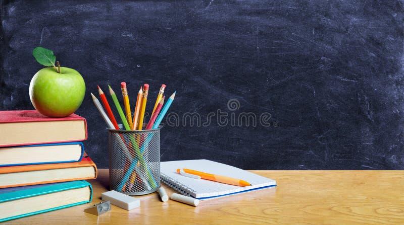 Zurück zu Schulkonzept - Bücher und Bleistift lizenzfreies stockbild