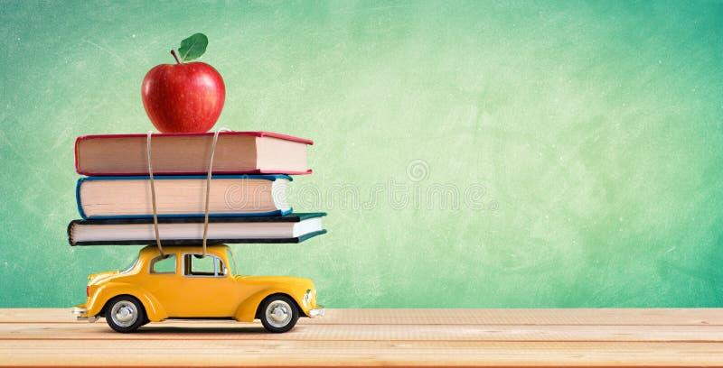 Zurück zu Schulkonzept - Einkaufsbücher stockfotos