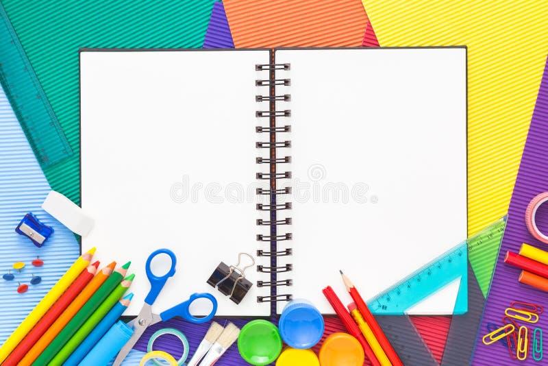Zurück zu Schulkonzept mit Notizbuch- und Kopienraum stockfotografie