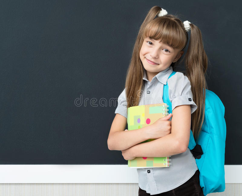 Zurück zu Schulkonzept - Schulmädchen mit Rucksack lizenzfreie stockfotografie
