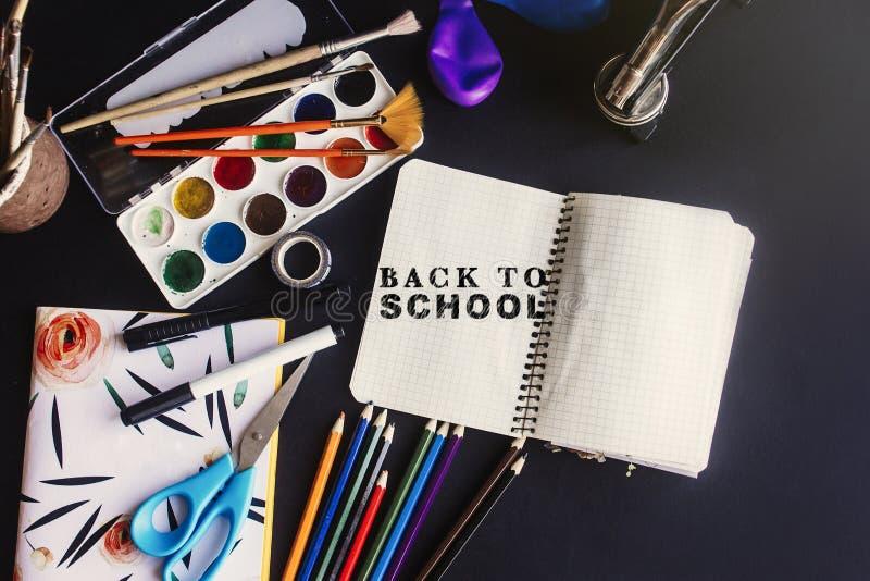 Zurück zu Schulkonzept-Textkreide an Bord, buntes Bleistifte pai lizenzfreie stockfotos