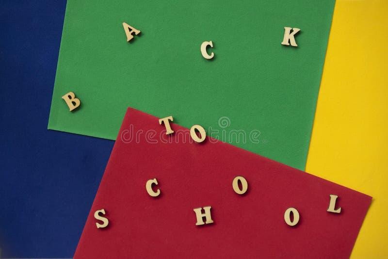 Zurück zu Schultext hölzerne Buchstaben Konzept der Ausbildung, Schule, zur?ck zu Schule beginnend Bunter Hintergrund stockfotografie
