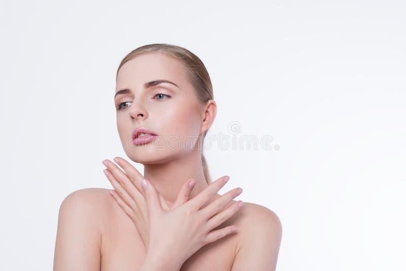 Zurückblickende Zusammenfassung Schönes Badekurortmodellmädchen mit perfekter frischer sauberer Haut und natürlichem Berufsmake-u lizenzfreie stockfotos