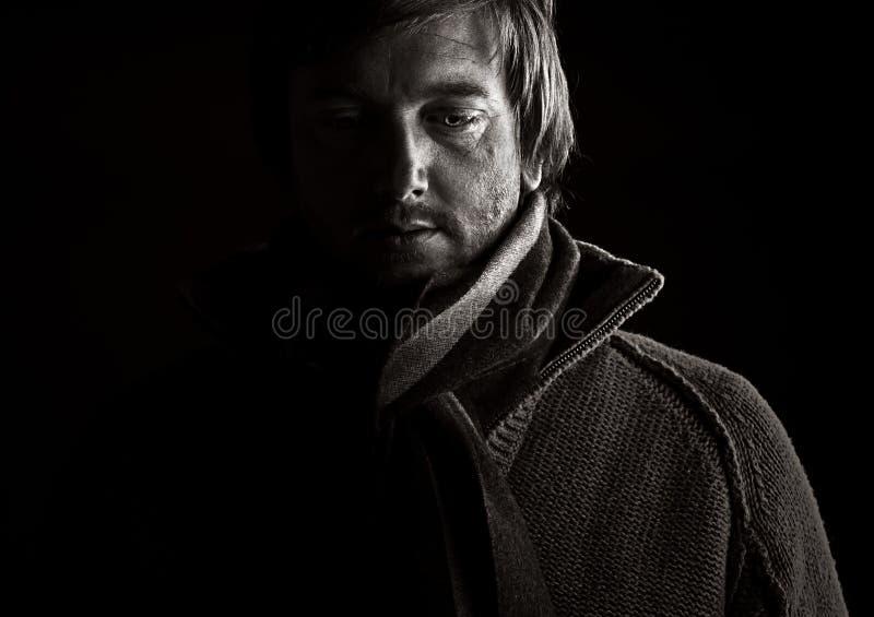 Zurückhaltender Schuß eines deprimierten Mannes stockfoto