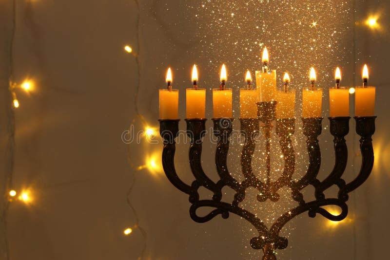 Zurückhaltendes Bild jüdischen Feiertag Chanukka-Hintergrundes mit menorah u. x28; traditionelles candelabra& x29; stockfotos