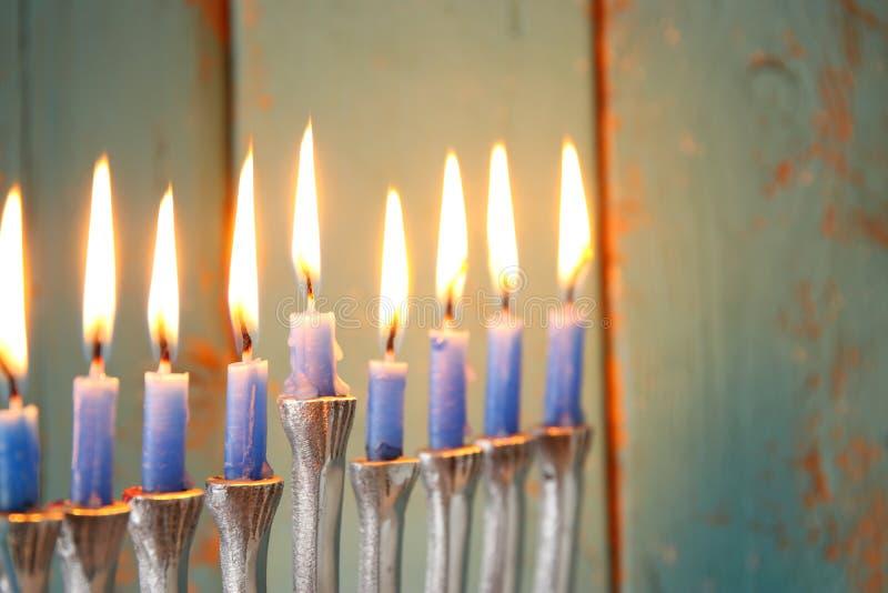 Zurückhaltendes Bild jüdischen Feiertag Chanukka-Hintergrundes mit menorah u. x28; traditionelles candelabra& x29; stockbilder