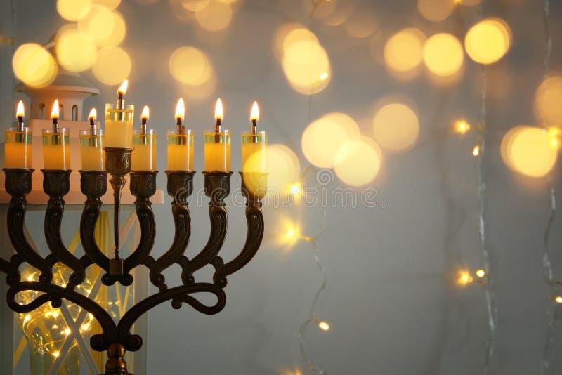 Zurückhaltendes Bild jüdischen Feiertag Chanukka-Hintergrundes mit menorah u. x28; traditionelles candelabra& x29; lizenzfreie stockbilder