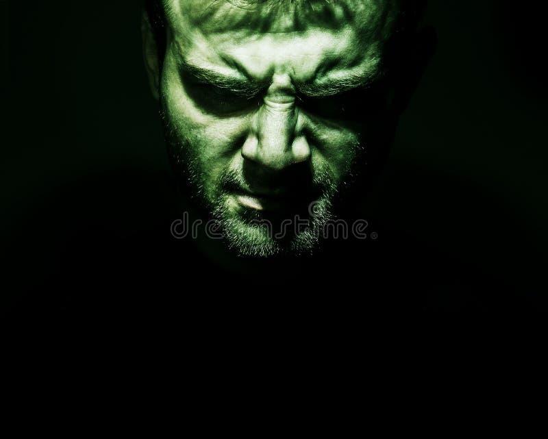 Zurückhaltendes Porträt des Übels, Teufel, Schlechtes, verärgertes Gesicht des Mannes auf einem bla stockfoto