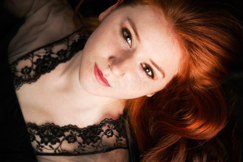 Zurückhaltendes Portrait einer jungen Frau stockfotos