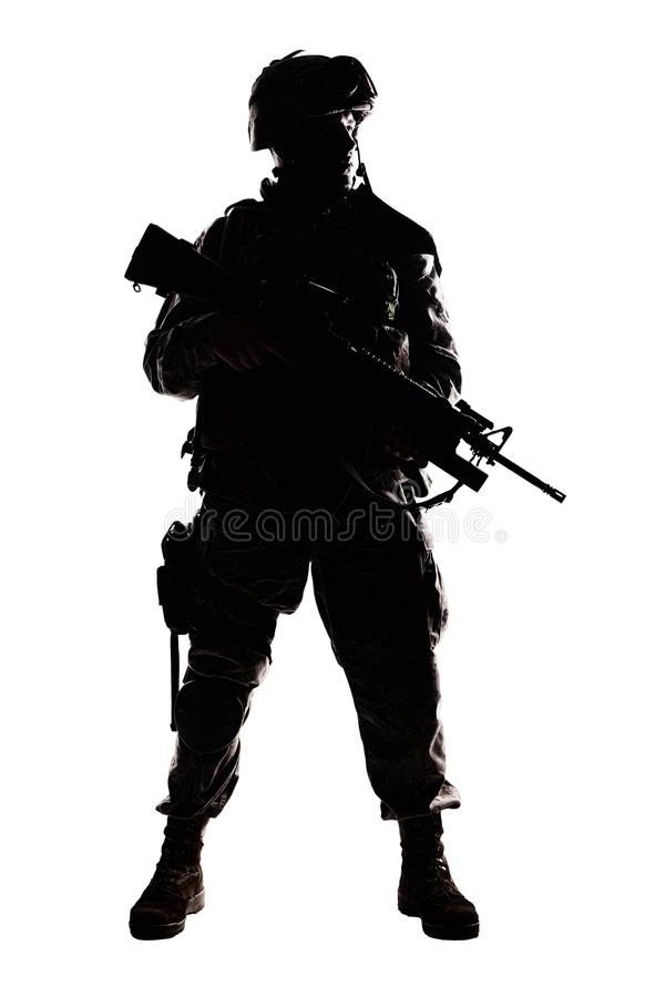 Zurückhaltendes Studiotrieb des modernen Armeeinfanteristen lizenzfreie stockfotos