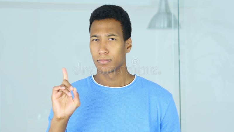 Zurückweisung Angebot durch das Wellenartig bewegen des Fingers, Ablehnung durch afroen-amerikanisch Mann lizenzfreies stockbild