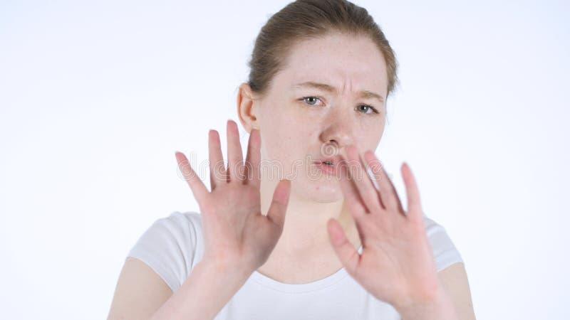 Zurückweisung, Geste durch junge Rothaarigefrau ablehnend stockfotos