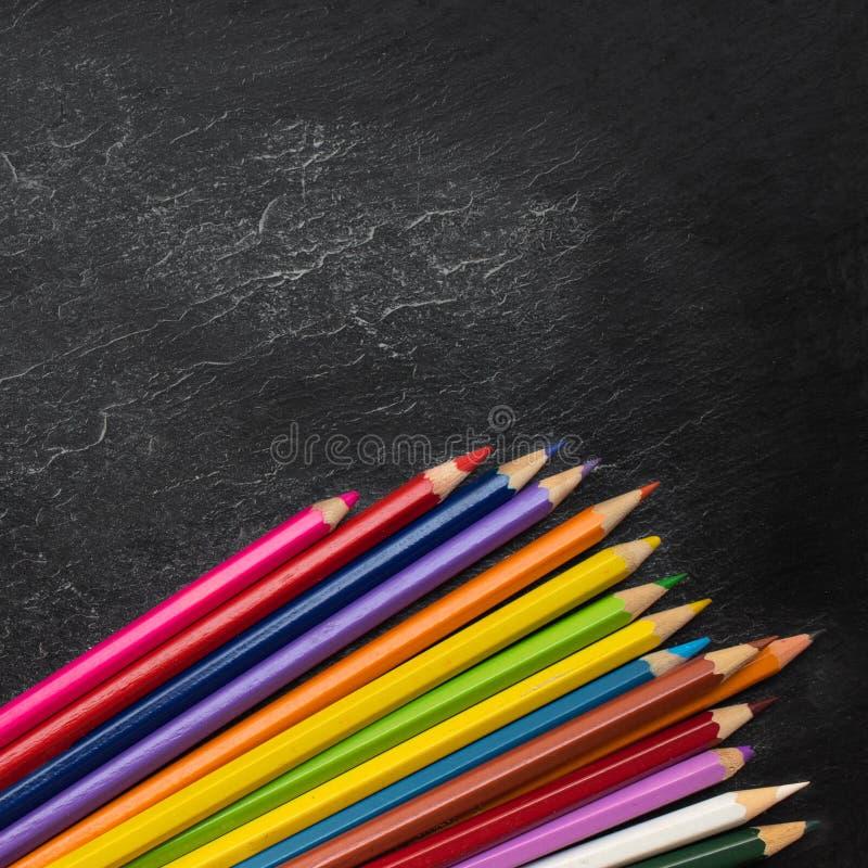 Zur?ck zu Schule-Konzept Bildungshintergrund mit copyspace und bunte Bleistifte auf schwarzer alter leerer Tafel Beschneidungspfa lizenzfreies stockfoto