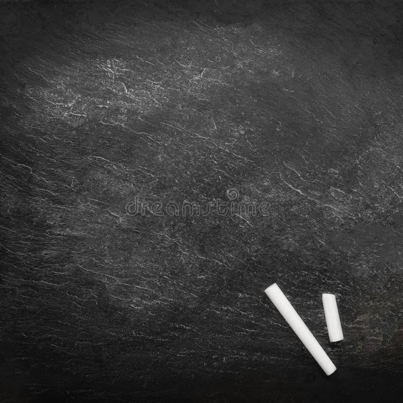 Zur?ck zu Schule-Konzept Bildungshintergrund mit copyspace und bunte Bleistifte auf schwarzer alter leerer Tafel stockfotos