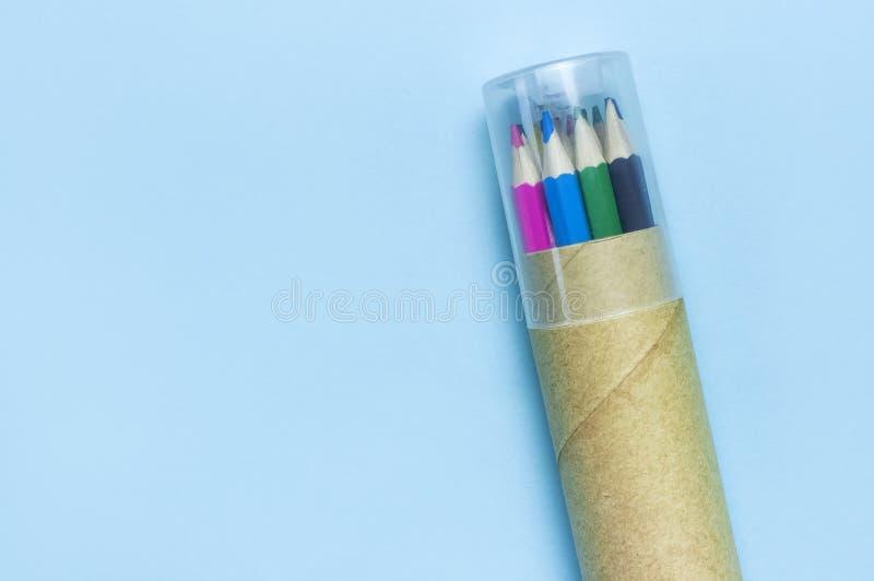 Zur?ck zu Schule-Konzept Farbbleistifte im Bleistiftfall auf blauer Draufsichtebene des Hintergrundes legen mit Kopienraum H?lzer stockfoto