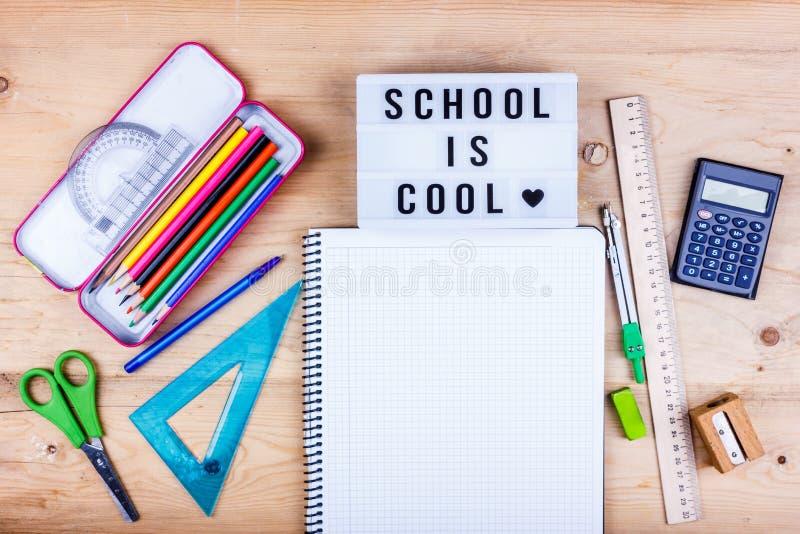 Zur?ck zu Schule-Konzept Flache Lage des Briefpapiers für den Studenten - Scheren, Bleistiftspitzer, Radiergummi und weißes Notiz lizenzfreies stockfoto