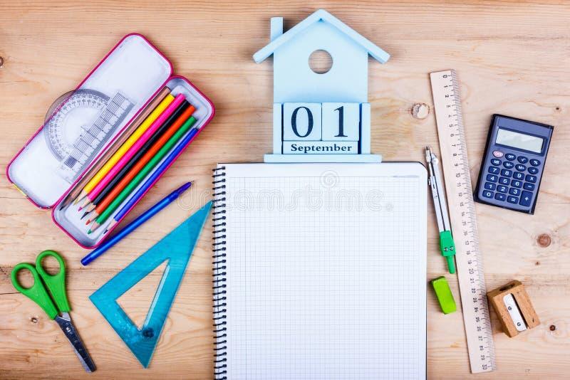 Zur?ck zu Schule-Konzept Flache Lage des Briefpapiers für den Studenten - Scheren, Bleistiftspitzer, Radiergummi und weißes Notiz lizenzfreie stockfotos