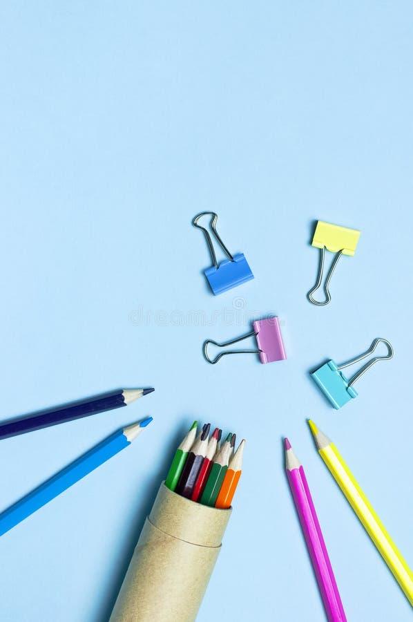 Zur?ck zu Schule-Konzept Hölzerne farbige Bleistifte, Büroklammern auf blauem Kopienraum der Draufsicht des Hintergrundes flachem lizenzfreies stockfoto