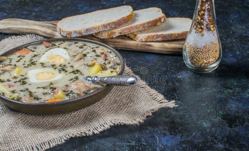 Zurek - σούπα Πάσχας στιλβωτικής ουσίας με τα αυγά και το άσπρο λουκάνικο στοκ εικόνες
