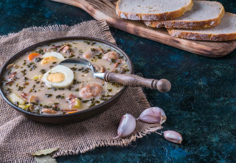 Zurek - de soep van poetsmiddelpasen met eieren en witte worst stock foto