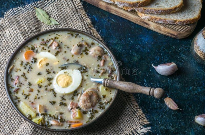 Zurek - polnische Ostern-Suppe mit Eiern und weißer Wurst lizenzfreie stockfotografie