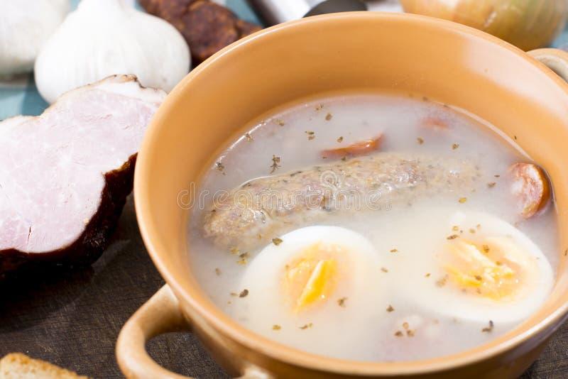 Zurek traditionnel avec la saucisse et l'oeuf, borscht blanc, ea polonais images libres de droits