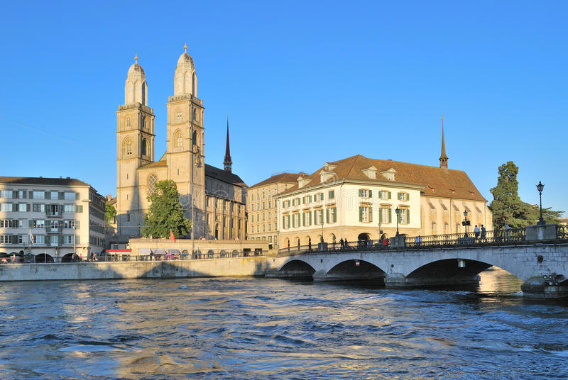 Zurich. Église de Grossmunster et le remblai de rivière de Limmat photographie stock libre de droits