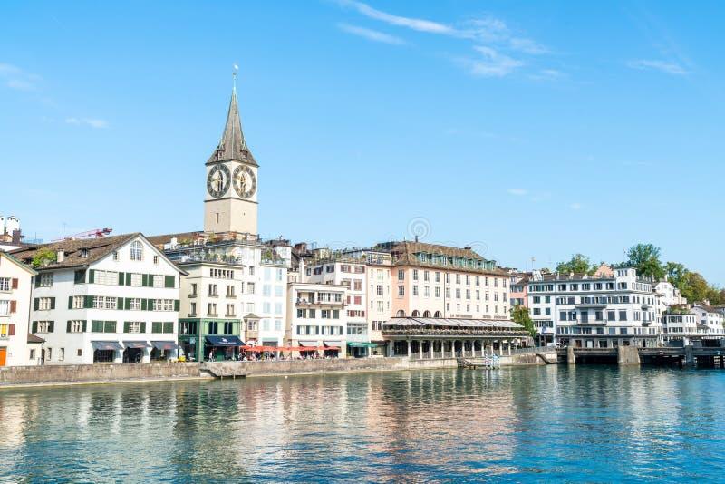Zurich centrum med berömda Fraumunster och Grossmunster kyrkor och floden Limmat fotografering för bildbyråer