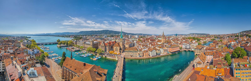 Zurich centrumpanorama med floden Limmat från Grossmunster, Schweiz royaltyfria foton